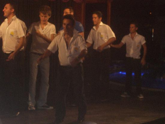 Candan Club Hotel : danceing staff