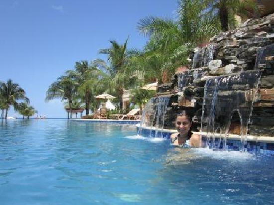 Infinity Bay Spa and Beach Resort: Waterfall in the pool