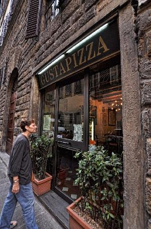 La Signoria di Firenze B&B: Cross the bridge directly south of the Pontivecchio and up the street a couple of blocks. Best p
