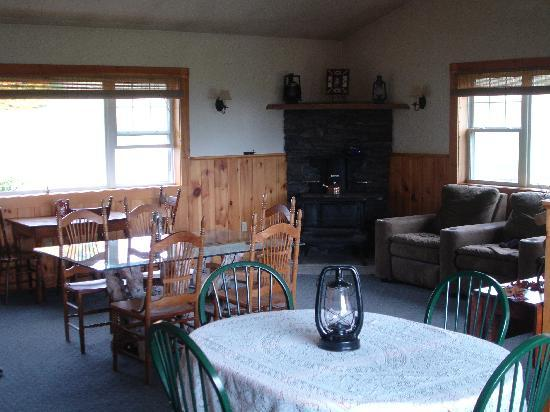 Notch View Inn: Our lodge style room with wood stove and TV
