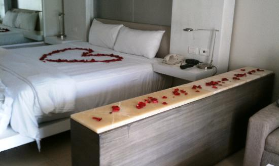 Secrets Silversands Riviera Cancun: rose petals