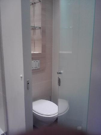 H2 Hotel Berlin Alexanderplatz: WC