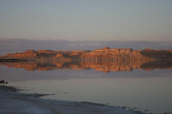 Adrere Amellal: Desert Ecolodge: Sunset over the lake