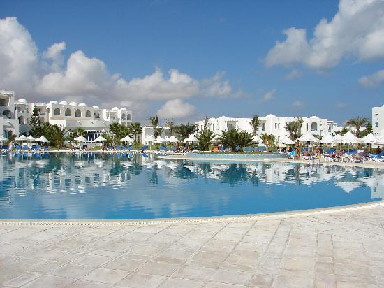 Vincci Helios Beach: View from the pool of the main building and bungalows to the right