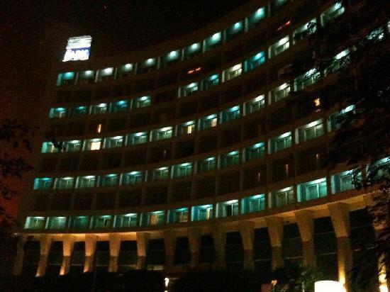 โรงแรมเดอะพาร์ค นิวเดลี: The hotel from the road