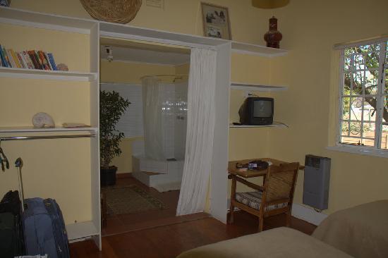 Sunbury Place: Bathroom with a curtain instead of a door