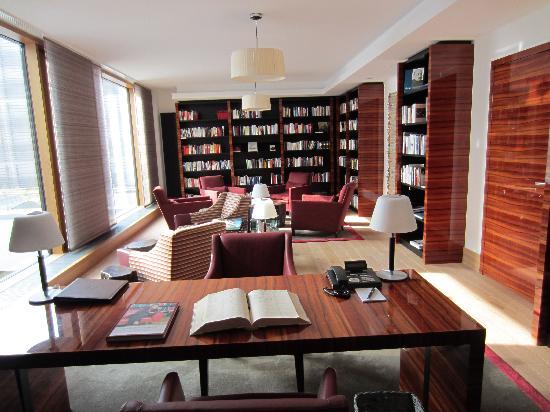Budersand Hotel - Golf & Spa: Bibliothek