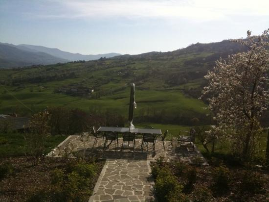 Borgo val di Taro, Italia: Glimpse of the fantastic view from the garden