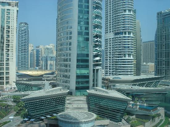Bonnington Jumeirah Lakes Towers : vue de la chambre: tours environnantes et métro