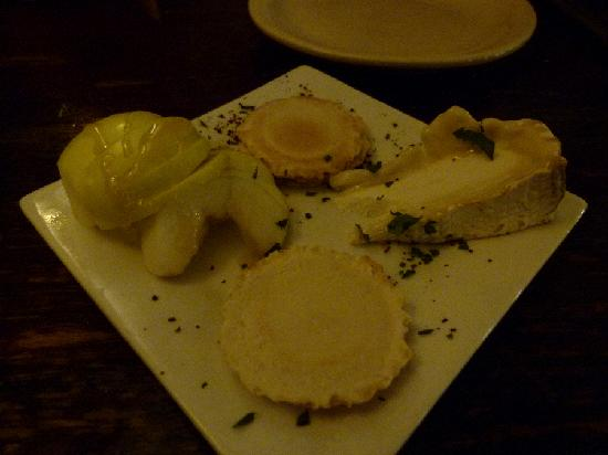 Cleonice Mediterranean Bistro: Cheese and apples for dessert