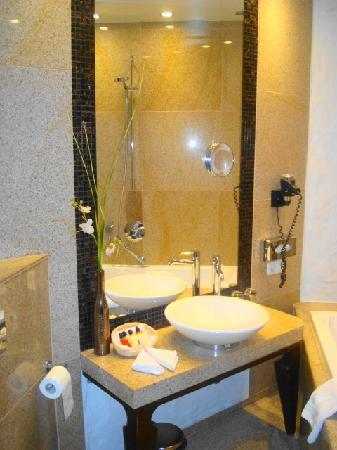 Savoy Boutique Hotel: the bathroom ,narrow but still very nice