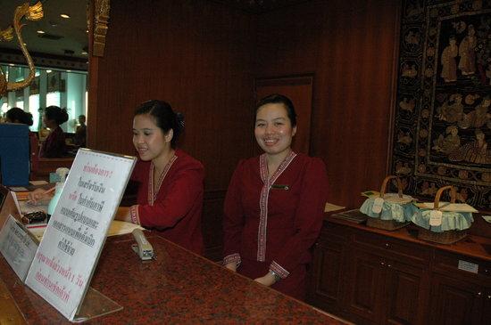 The Park Hotel: Le Desk du Park avec les charmantes réceptionistes