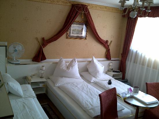 Hotel Zur Wiener Staatsoper: Tiny but lovely room
