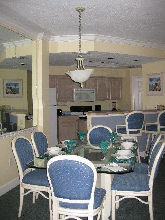 Grande Villas Resort: Dining area & kitchen
