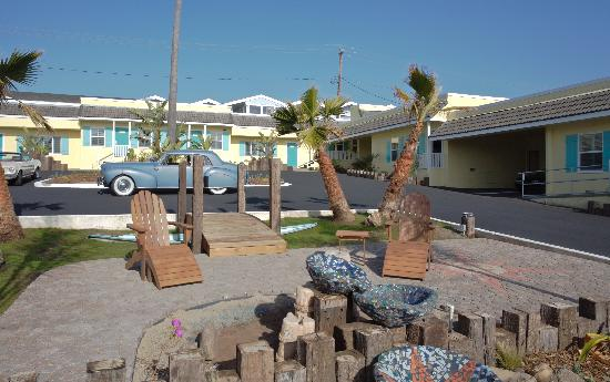 Beach Bungalow Inn and Suites: Courtyard With Firepit