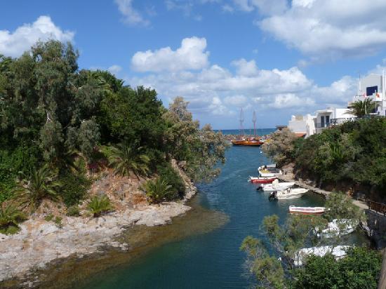 Palm Bay Hotel : Hafenbecken mit Hotel links