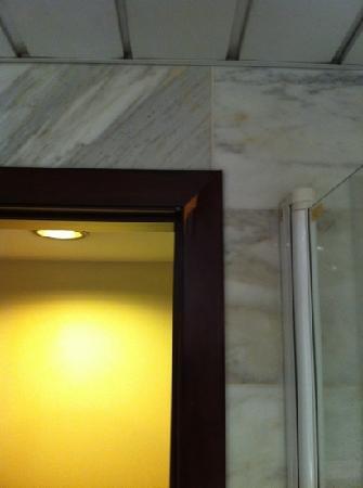Hotel Catalonia Sabadell: Marco de la puerta del baño