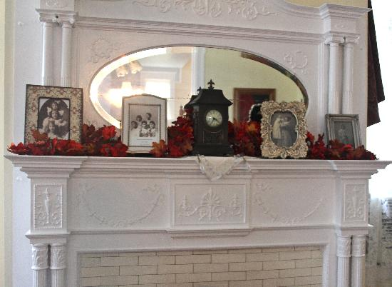 Bisland House Bed and Breakfast: Original fireplace mantles with Bisland family photos