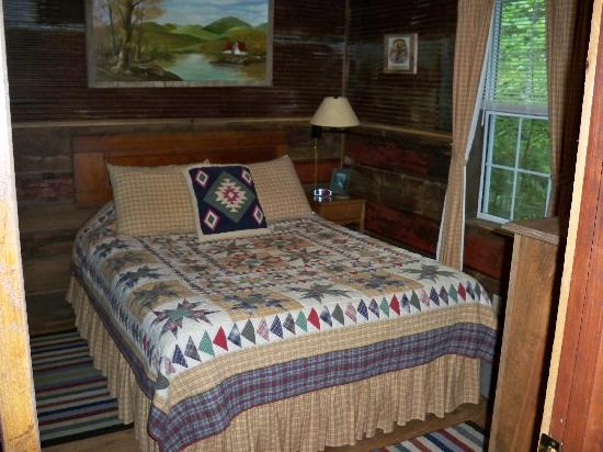 Cabins at Seven Foxes: Bear Cave bedroom