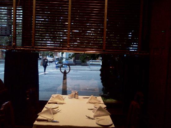 Jake's Grill: Window seats