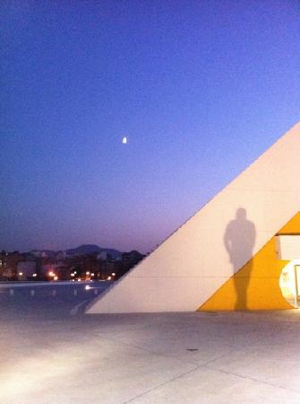 Centro Niemeyer: sombras en el auditorio