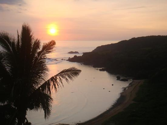 Angie's Bed & Breakfast: Sunrise from Angie's ocean view room, Puraran