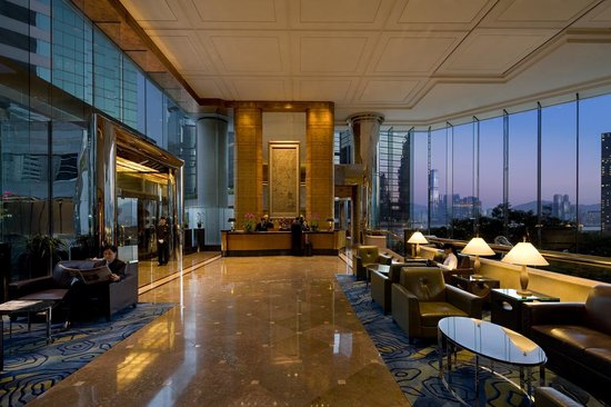 ‪جاي دبليو ماريوت هوتل هونج كونج: Lobby with magnificent view of the Victoria harbour and Kowloon as backdrop‬