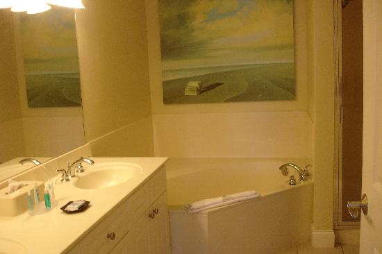 Emerald Beach Resort: Master Bath (only about 1/3 of it)