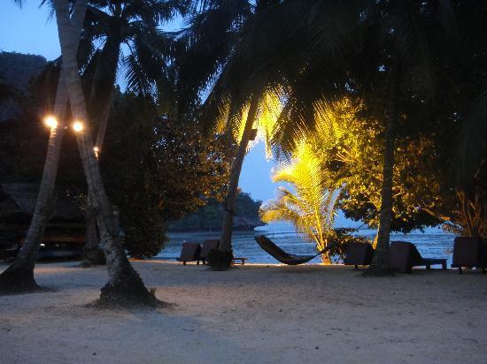 พาราไดซ์ เกาะยาว: beach at dusk