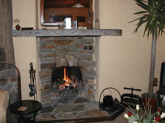The Last Straw Cottage: 素敵な暖炉で心も温か