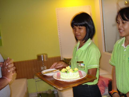 Best Bella Pattaya: Surprise B'day cake from hotel staff
