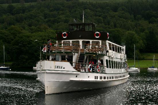 Windermere Lake Cruises: Swann docking at Lakeside