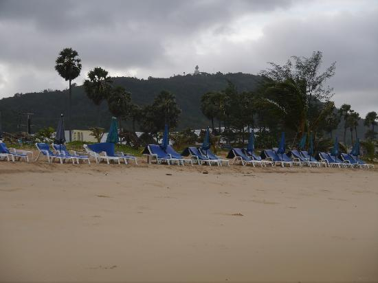 Beshert Guesthouse : Karon beach at 7am