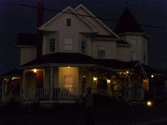 Coupeville, Waszyngton: Anchorage Inn B & B at night