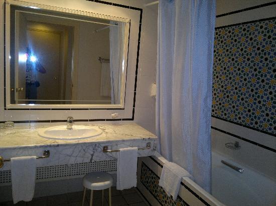 Iberostar Averroes: Salle de bain spacieuse propre avec toilette et bidet séparés