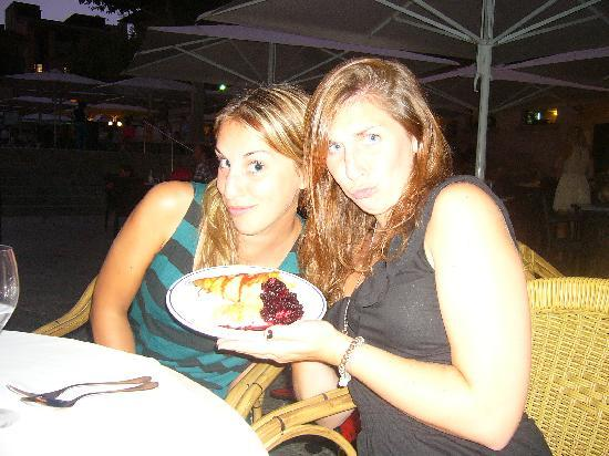 restaurante Il Giardino: 2 daughters enjoying dessert!