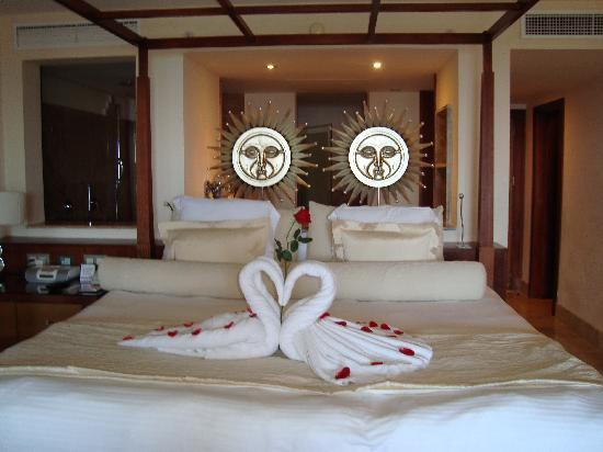 Excellence Playa Mujeres: the bed when we arrived
