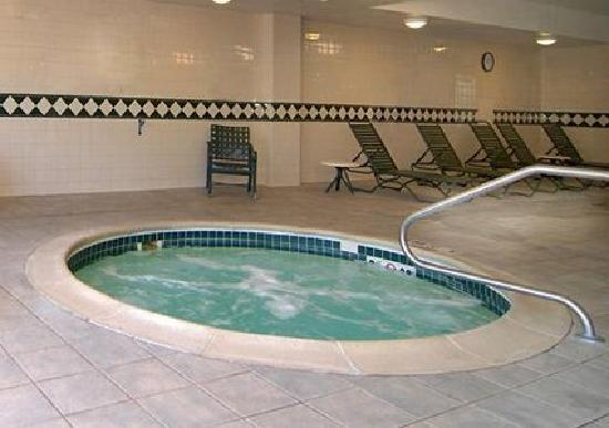 Comfort Inn & Suites Near Burke Mountain: Whirlpool