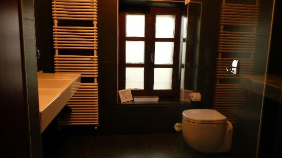 Casa di Maio: bathroom