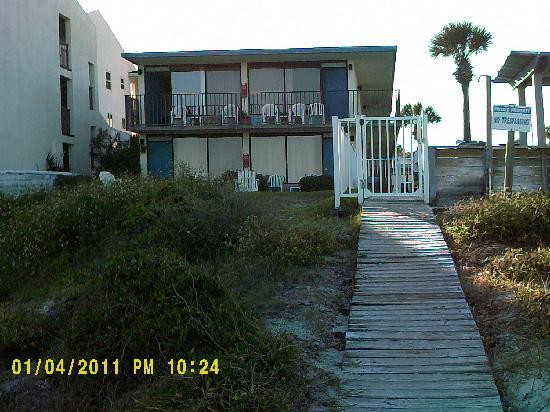 Beachside Motel: Flowery footpath down to the beach