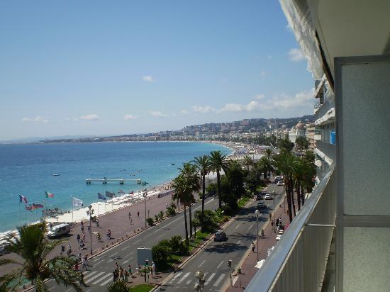 โรงแรมเลอเมอริเดียน นีซ: View to the right from balcony