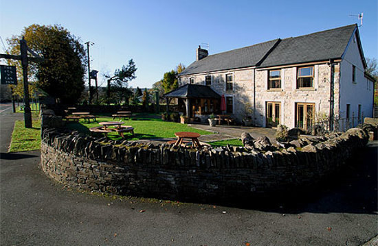 Pen y Cae Inn: The extrior of the restaurant.