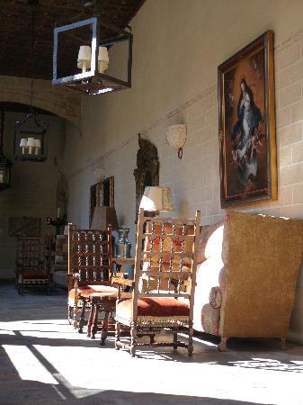 Parador de Plasencia: Convent cloister enclosed to create public space