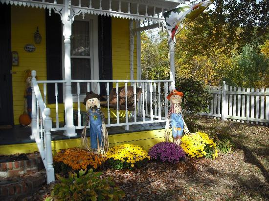 1875 Homestead Bed and Breakfast: front decorations
