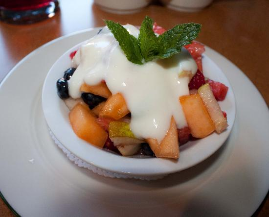 Applewood Inn: Fruit bowl breakfast appetizer with white wine yogurt sauce