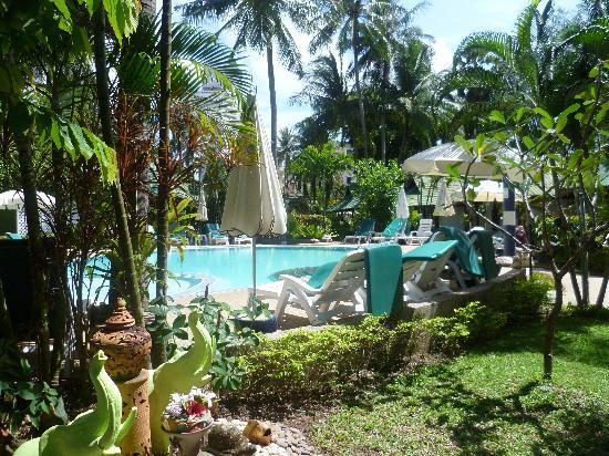إيدن بنجالو ريزورت: looking out to pool
