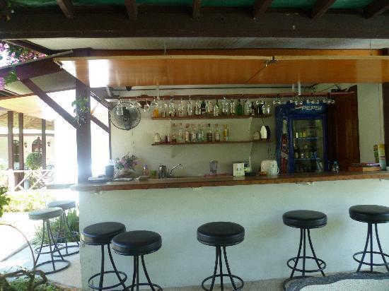 إيدن بنجالو ريزورت: pool bar