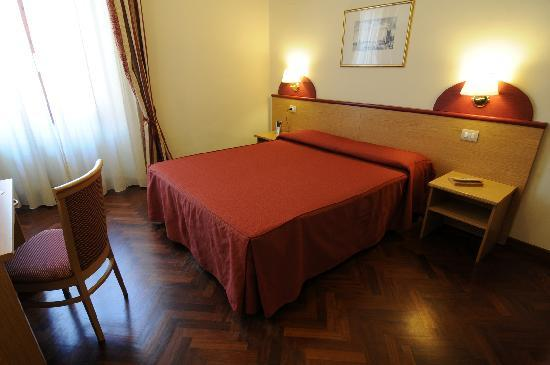 Aramis Rooms: Camera con bagno rossa
