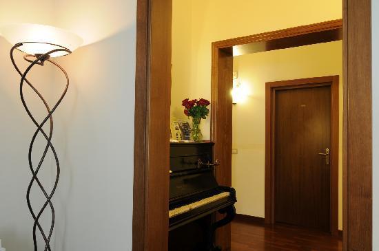 Aramis Rooms: L'ingresso visto dal soggiorno