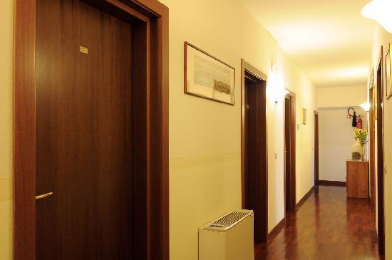 Aramis Rooms: Il corridoio su cui si trovano le stanze...
